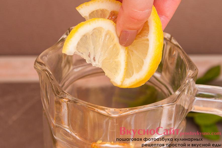 вторую половину лимона разрезаю ещё раз пополам. И получившуюся четвертинку одну режу и отправляю в кувшин, а вторую оставляю для декора