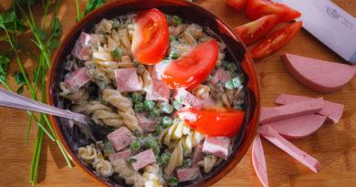 салат из фузилли с колбасой и горошком