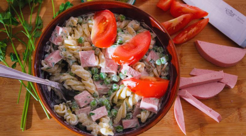 салат с горошком и колбасой на тарелке