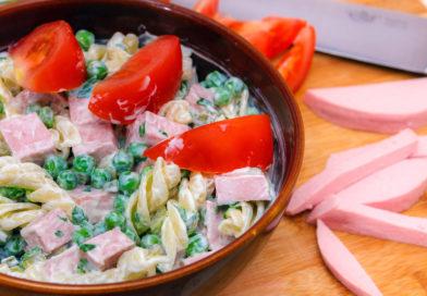 салат из горошка и колбасы с помидорами