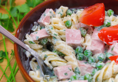 Приближенный вид салат из колбасы и горошка