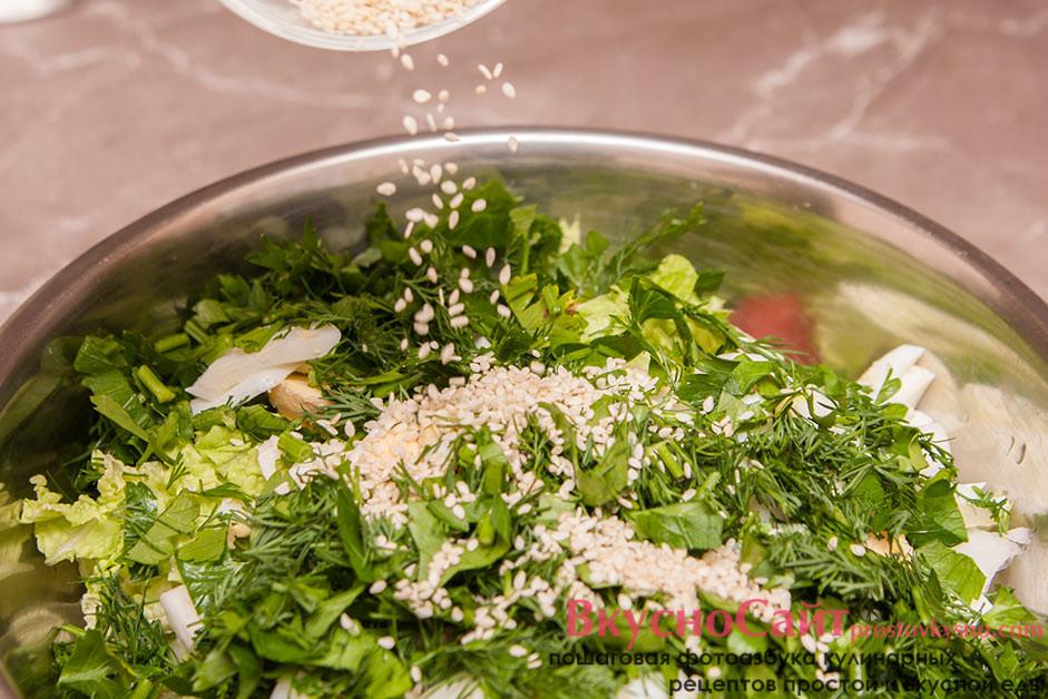 добавляю в миску с овощами зелень и зерна кунжута