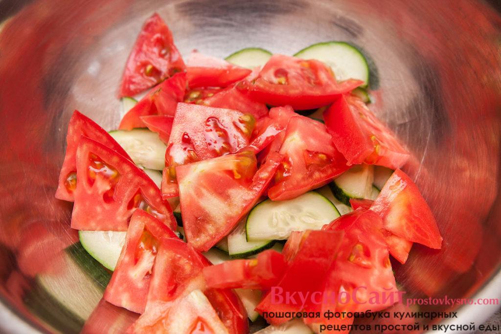 соединяю измельченные помидор в миске с огурцом