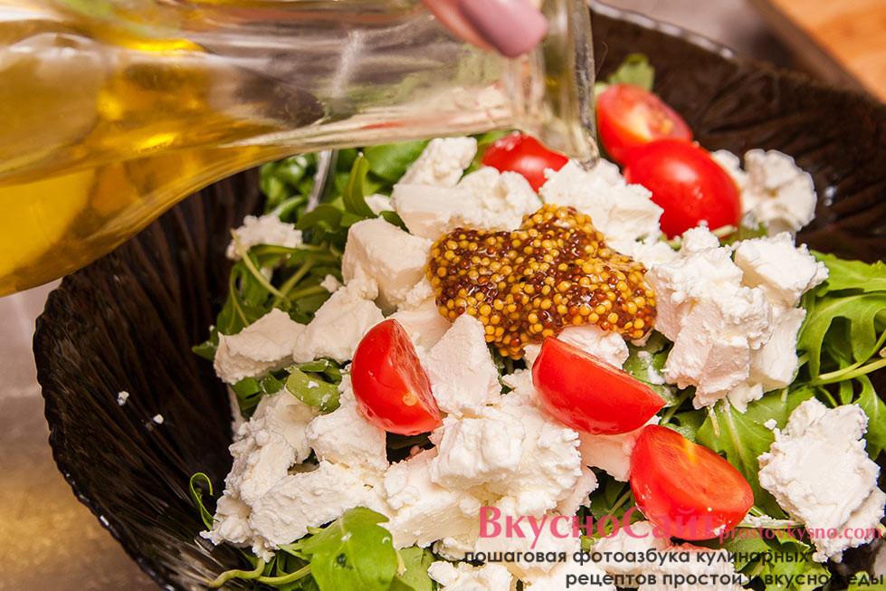 заправляю салат французской горчицей в зернах и оливковым маслом