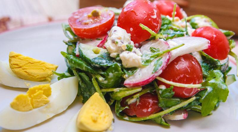 Салат с руколой и помидорами черри. Фото на тарелке