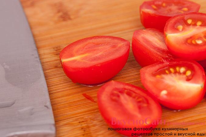 помидоры черри для салата с руколой разрезаю пополам