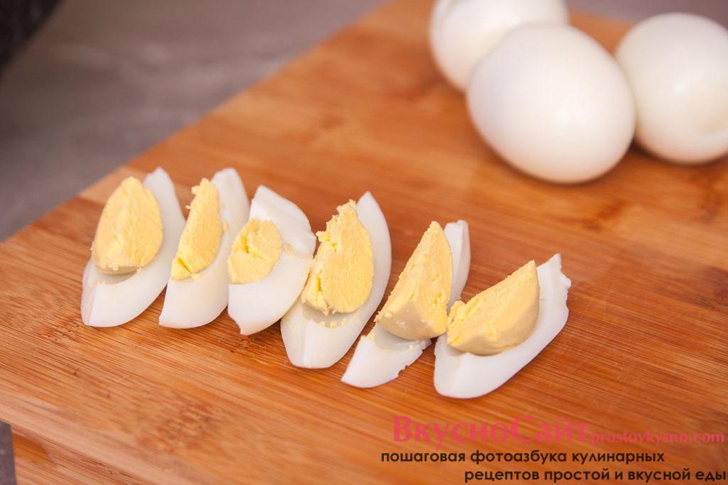 Вареные яйца чищу и разрезаю на шесть частей каждое яйцо