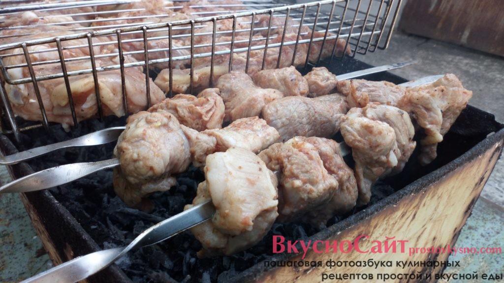 обжариваю мясо на прогоревших углях без огня до готовности