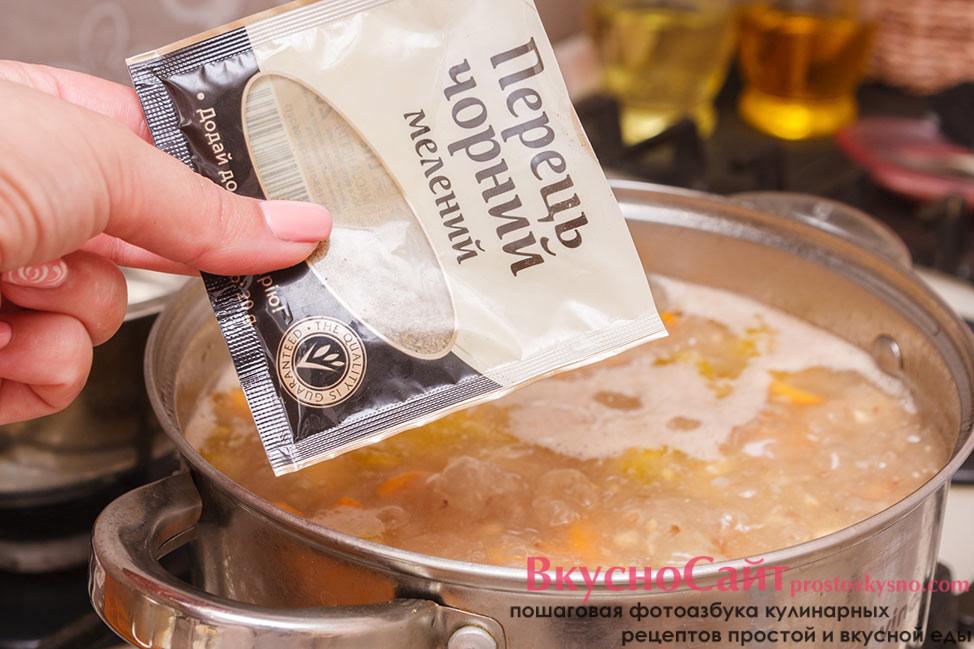 солю и перчу гречневый суп по вкусу