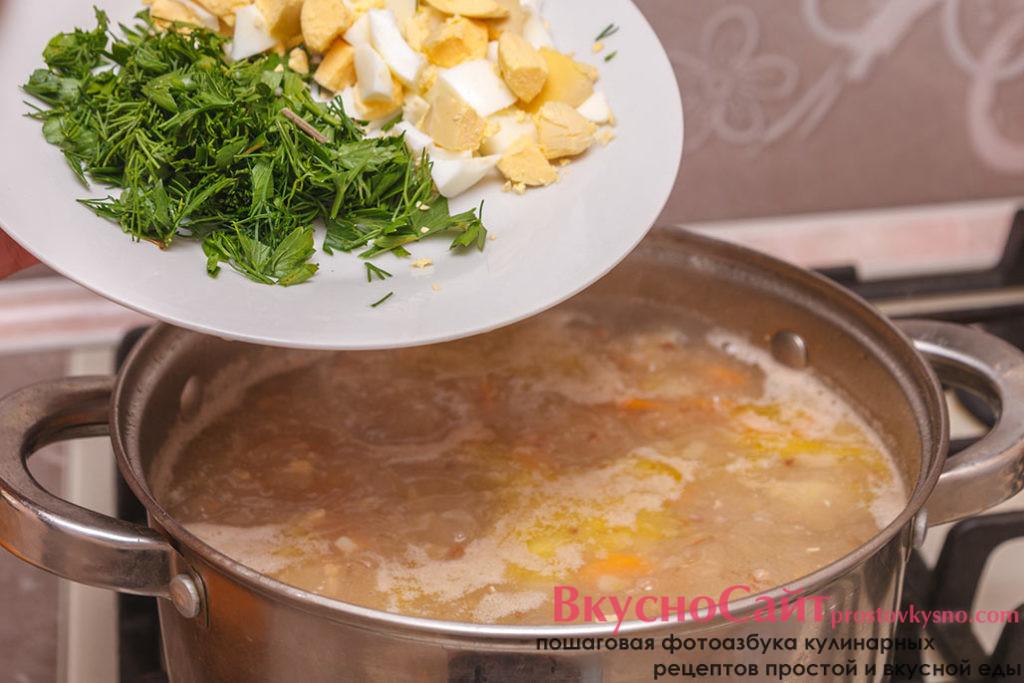добавляю в гречневый суп яйцо и зелень