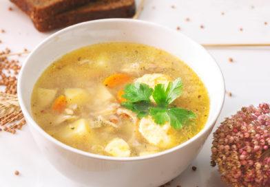 гречневый суп с курицей в тарелке