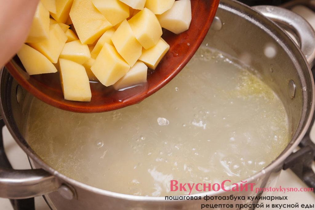 добавляю картофель в кастрюлю