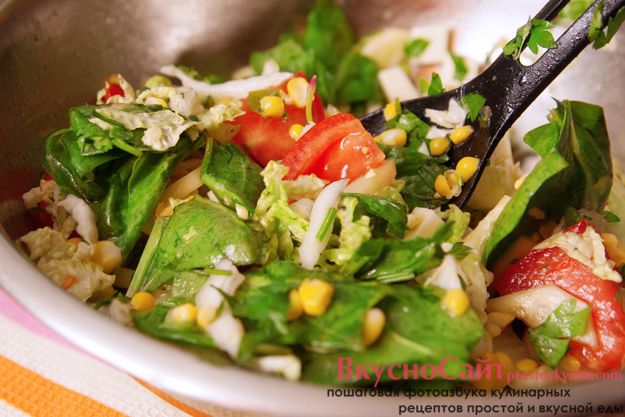 салат с сыром сулугуни и помидорами готов
