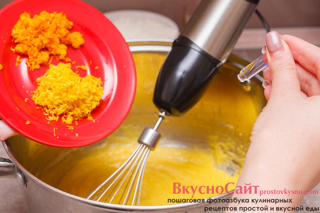 добавляю в кастрюлю цедру лимона и апельсина, а также ароматизатор рома