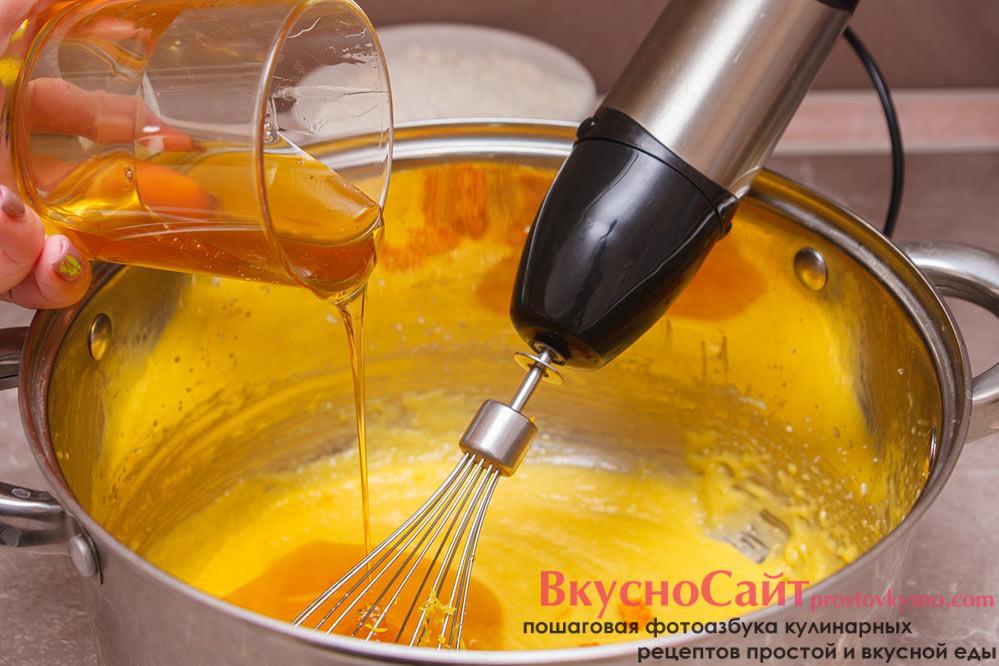 добавляю в кастрюлю с маслом мёд