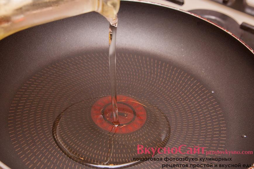 разогреваю сковороду и наливаю в неё растительное масло