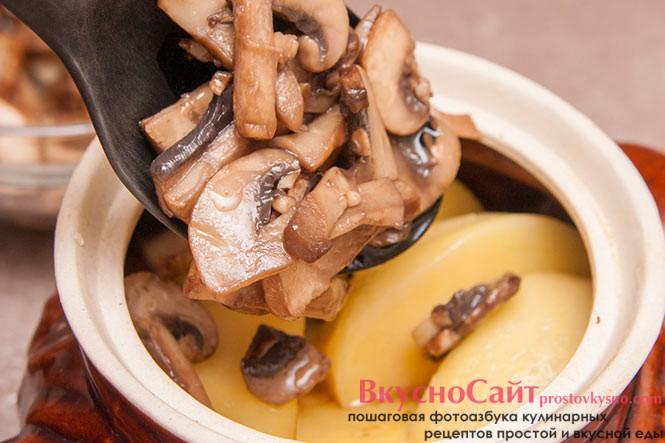 на картофель выкладываю грибы