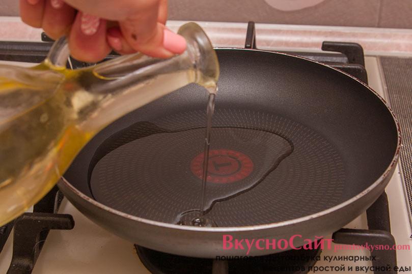ставлю сковороду на огонь и наливаю в нее масло