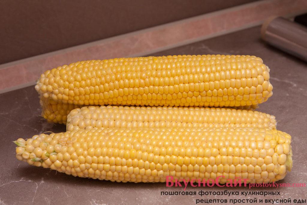 чищу початки кукурузы от листьев и волосков