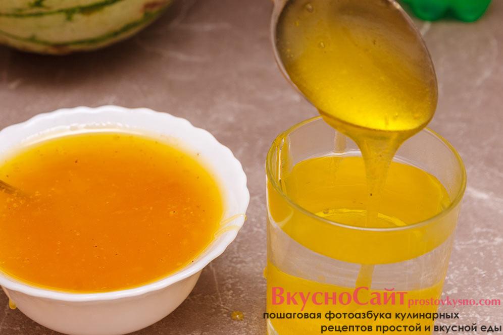 в теплую воду добавляю мёд и размешиваю до полного растворения мёда