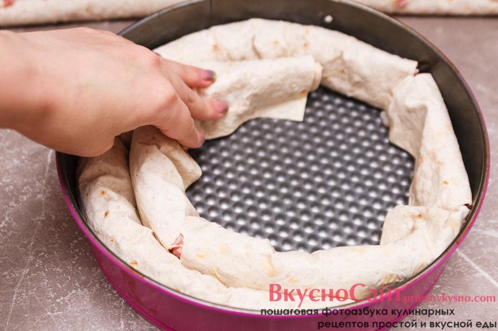в форму для запекания складываю пирог по спирали