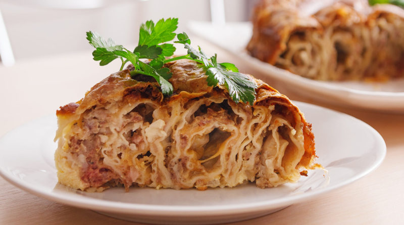 мясной пирог из лаваша и фарша на тарелки
