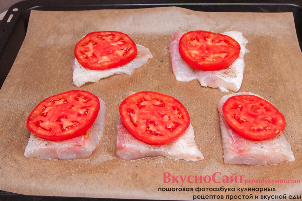 на каждый кусочек рыбы кладу по кусочку помидора