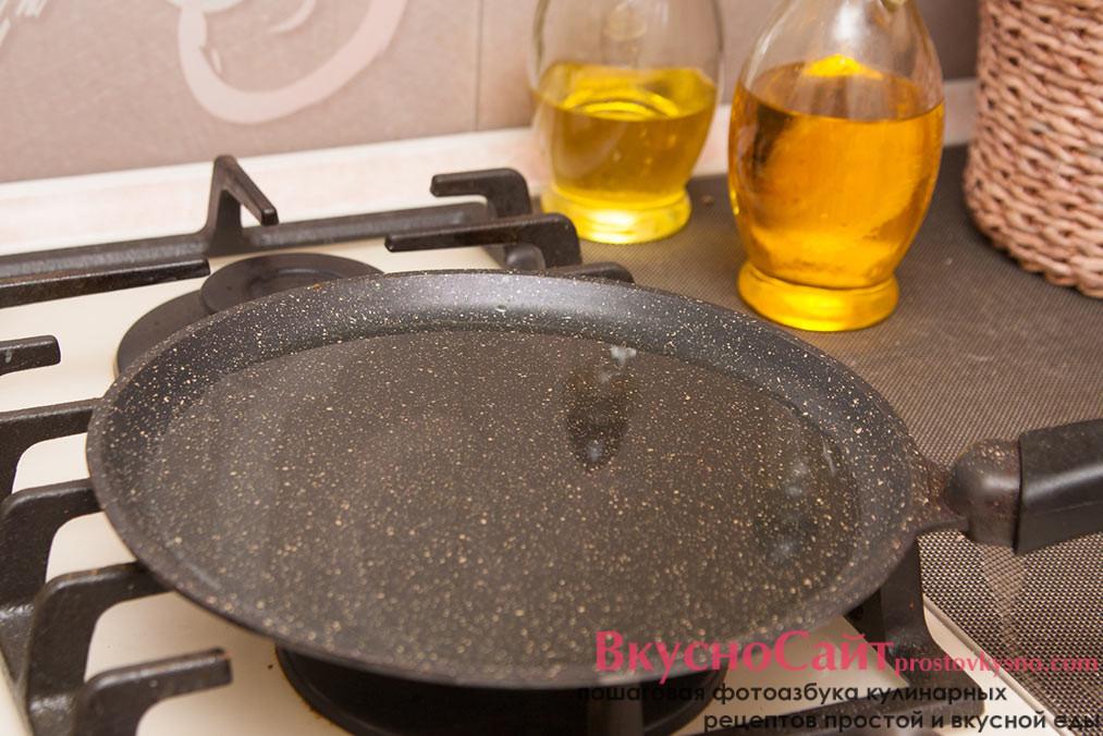 в разогретую сковороду наливаю масло