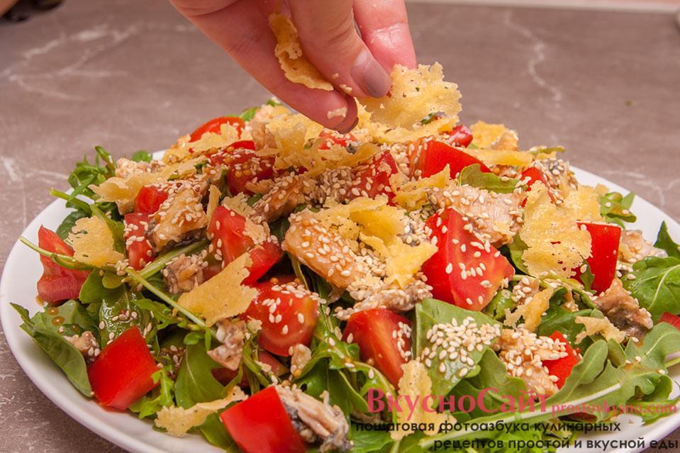 посыпаю салат с рукколой сыром, плавленым на сковороде