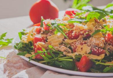 рецепт салат с рукколой, сыром с консервированным лососем