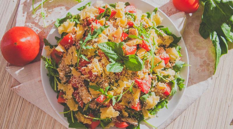 быстрый салат из рукколы, сыра и с консервированным лососем