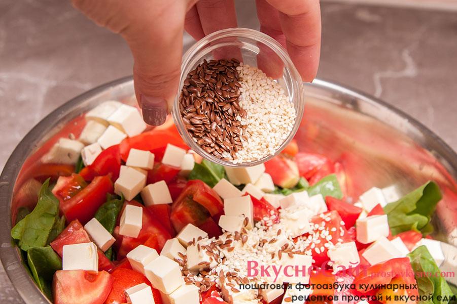добавляю в салат салат с рукколой, шпинатом и плавленым сыром кунжут и семена льна