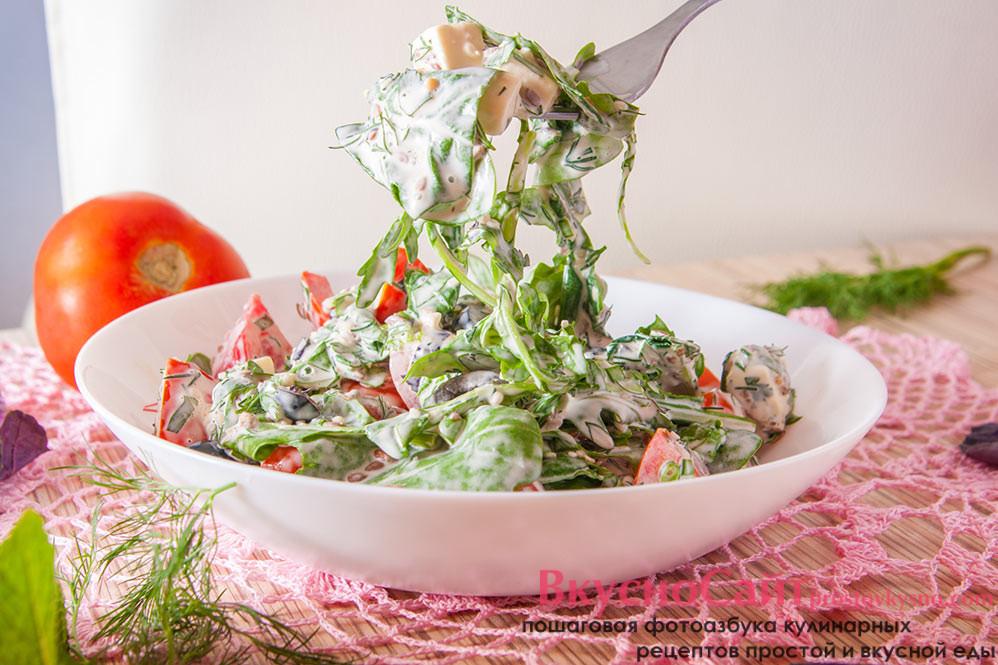 салат с рукколой, шпинатом и плавленым сыром на тарелке