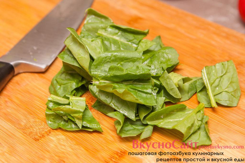 крупные листья шпината разрезаю на 2-3 части
