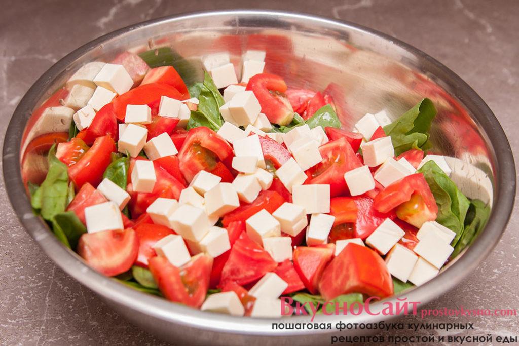 плавленый сыр нарезаю кубиком и добавляю в салатник к остальным продуктам