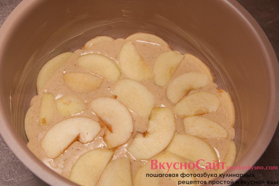 на тесто шарлотки в мультиварке снова выкладываю яблоки