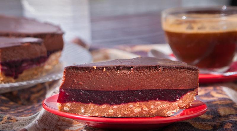 очень вкусный шоколадно-ягодный торт без выпечки