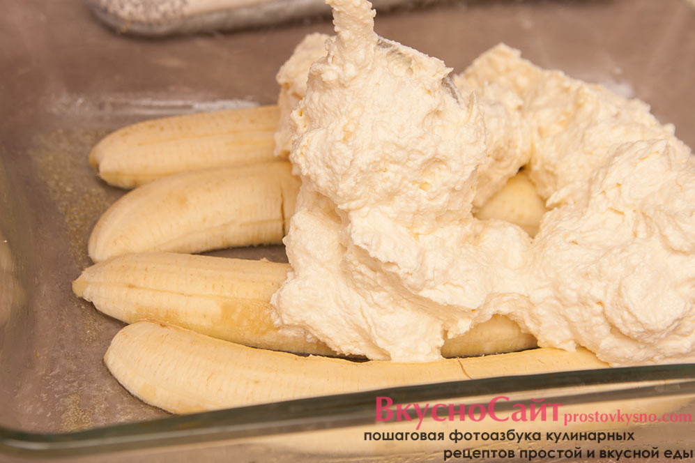 на разогретые бананы выкладываю творожную массу