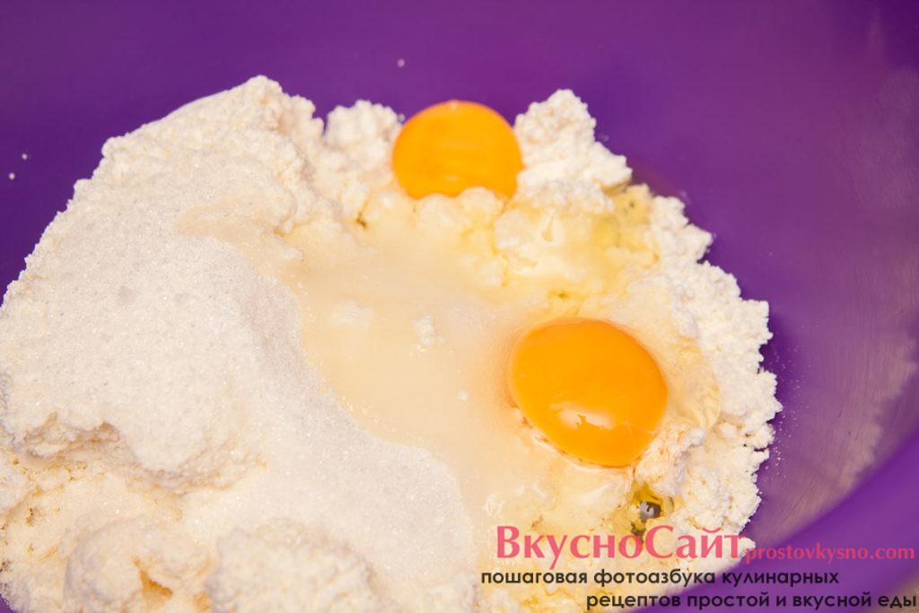 яйца добавляю к творогу