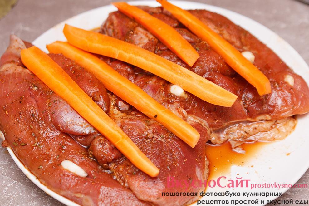 часть морковки раскладываю по поверхности индейки