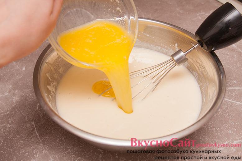сливочное масло растапливаю и добавляю в тесто