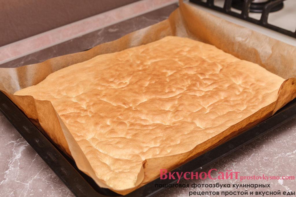 готовый бисквит достаю из духовки