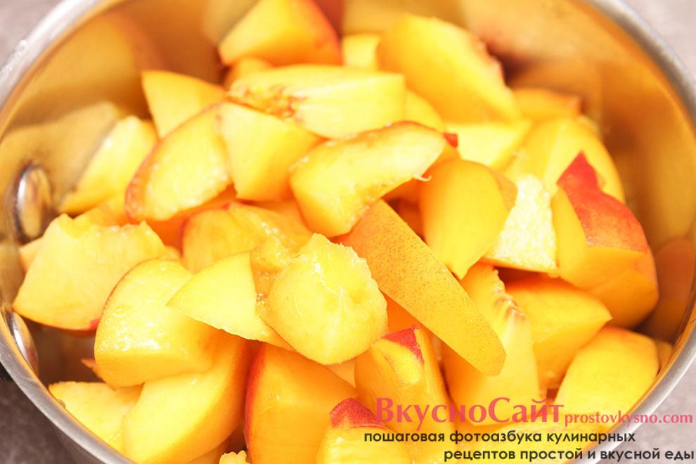 персики промываю и нарезаю на небольшие кусочки, отправляю персики в сотейник
