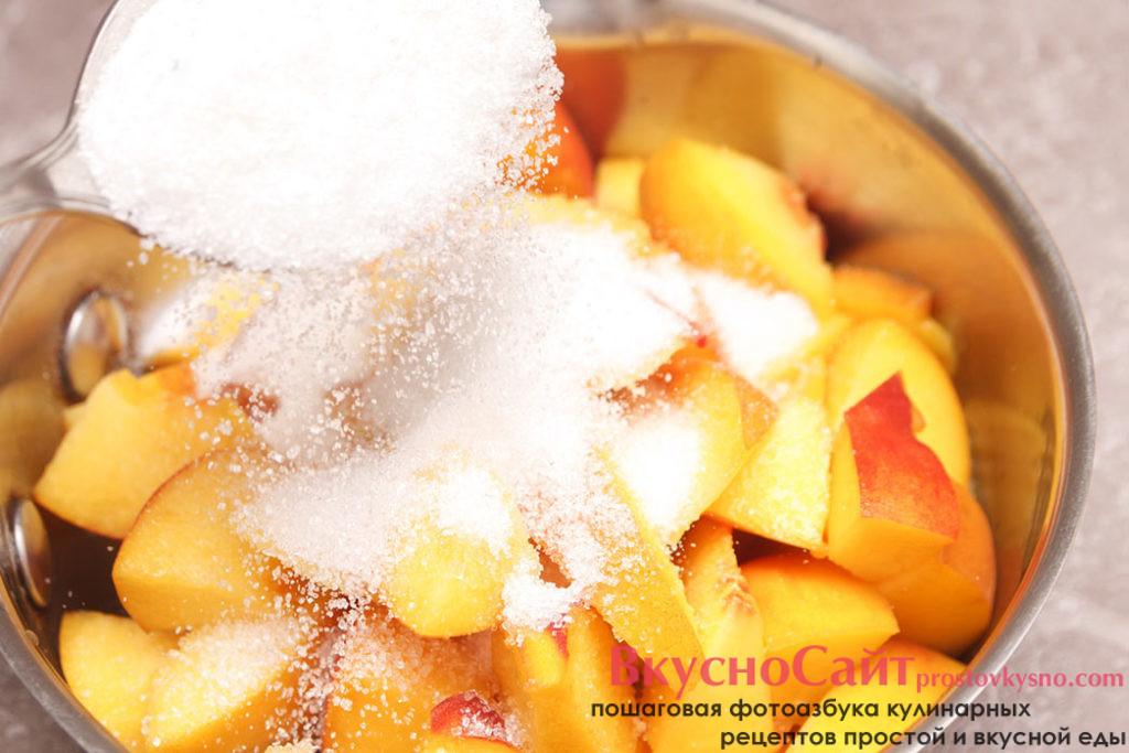 добавляю к персикам сахар