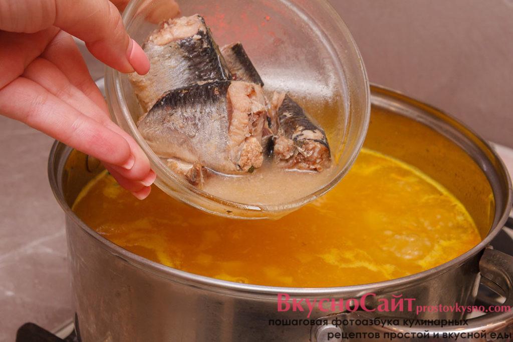 когда картофель будет почти готов, добавляю консервированные сардины и довожу суп по вкусу, при необходимости добавляю соль