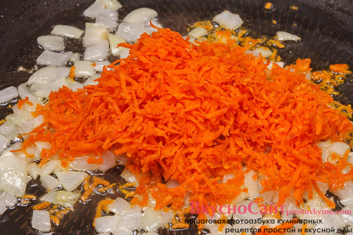 когда лук станет золотистым цветом, добавляю к нему натертую на мелкой терке морковь
