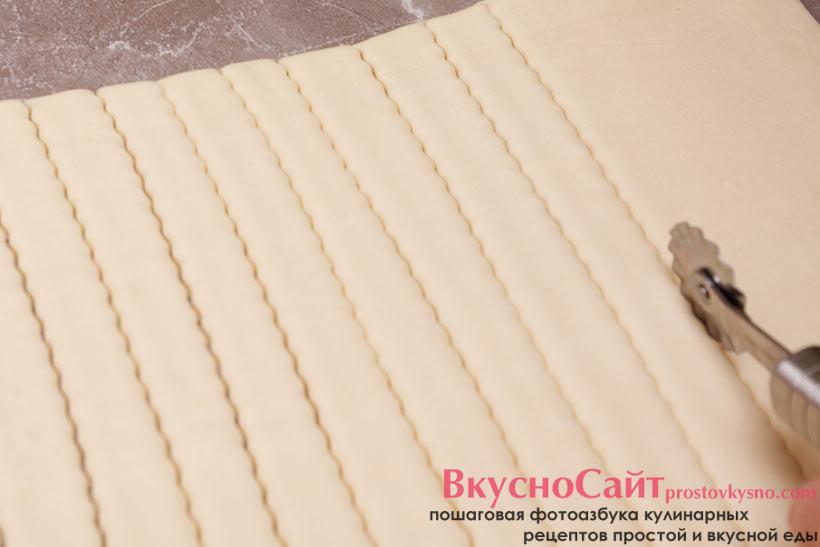 нарезаю тесто на длинные полосочки