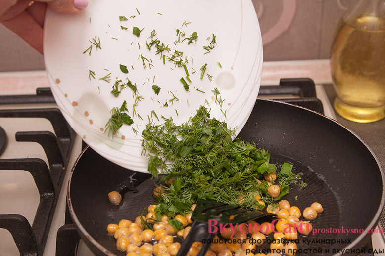 нашинкованную зелень добавляю в сковороду к нуту