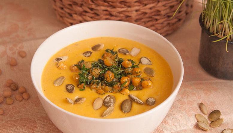 Суп-пюре из тыквы со сливками в тарелке