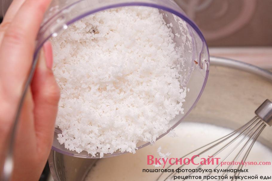 добавляю кокосовую стружку с разогретую молочную смесь